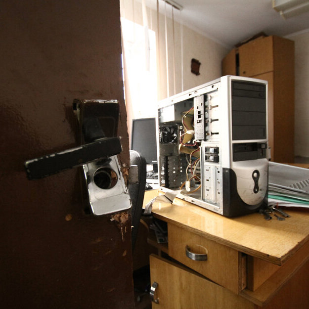 Search in the office of the Belarusian Trade Union of workers of radio and electronic industry (REP): the door is broken open